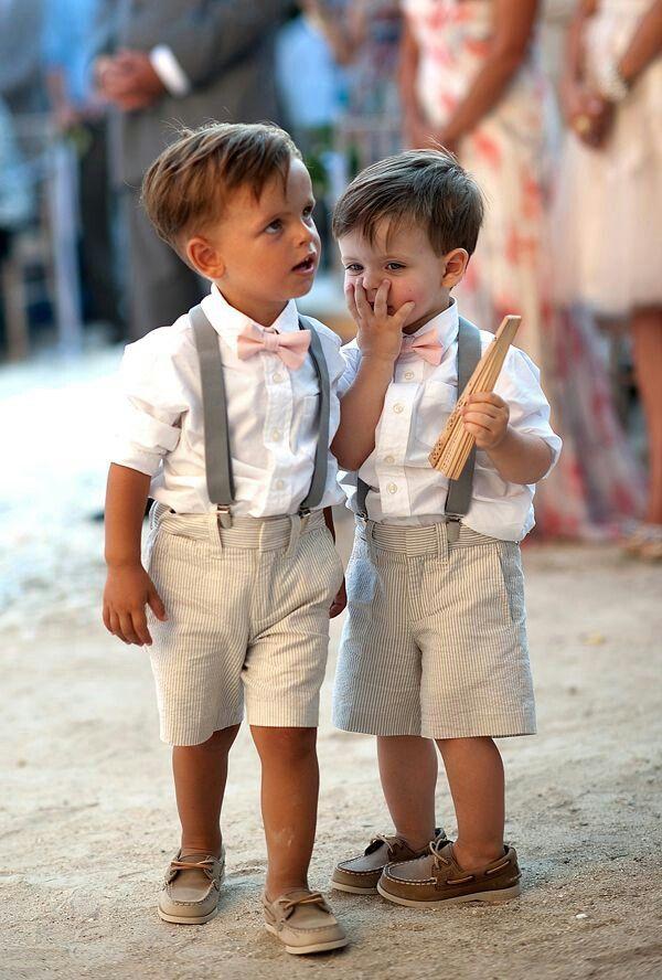 Bretelles unies pour enfant à un mariage