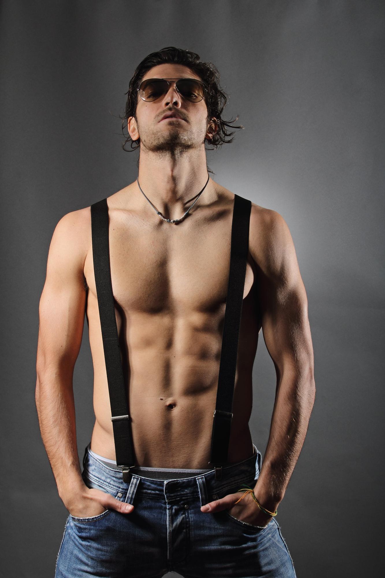 Bretelles noires : les accessoires indispensables des hommes branchés